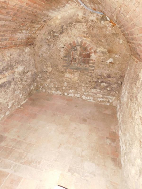 Cave à vins avec escalier en pierres et accès par trappe vitrée sur vérins