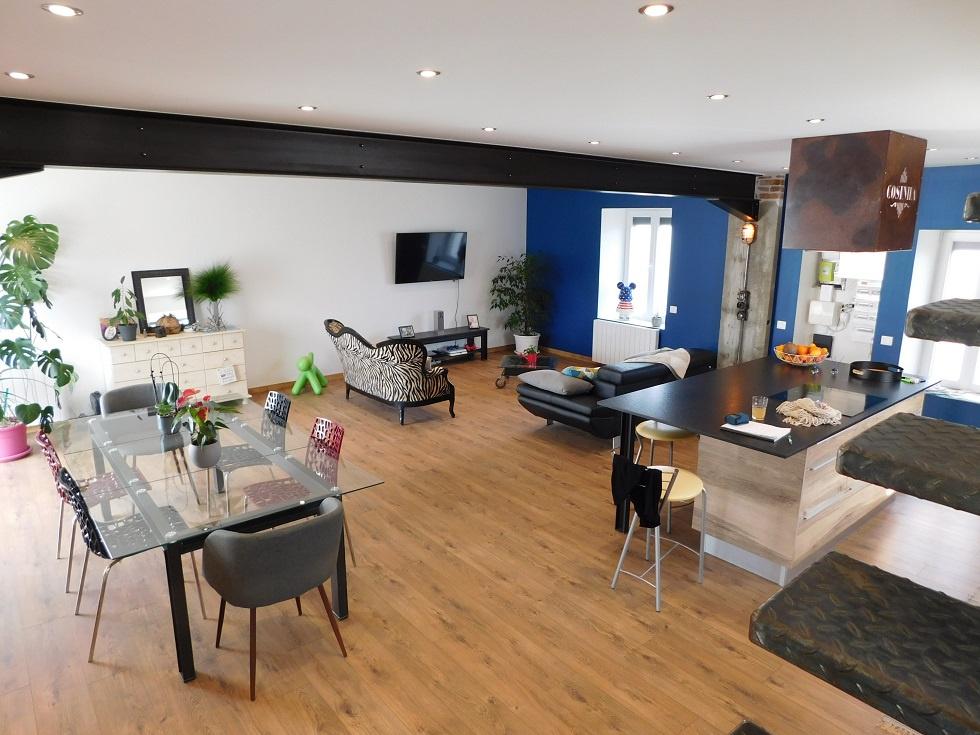 Autre vue de l'espace de 57 m² donnant sur la cuisine aménagée et équipée des électroménagers