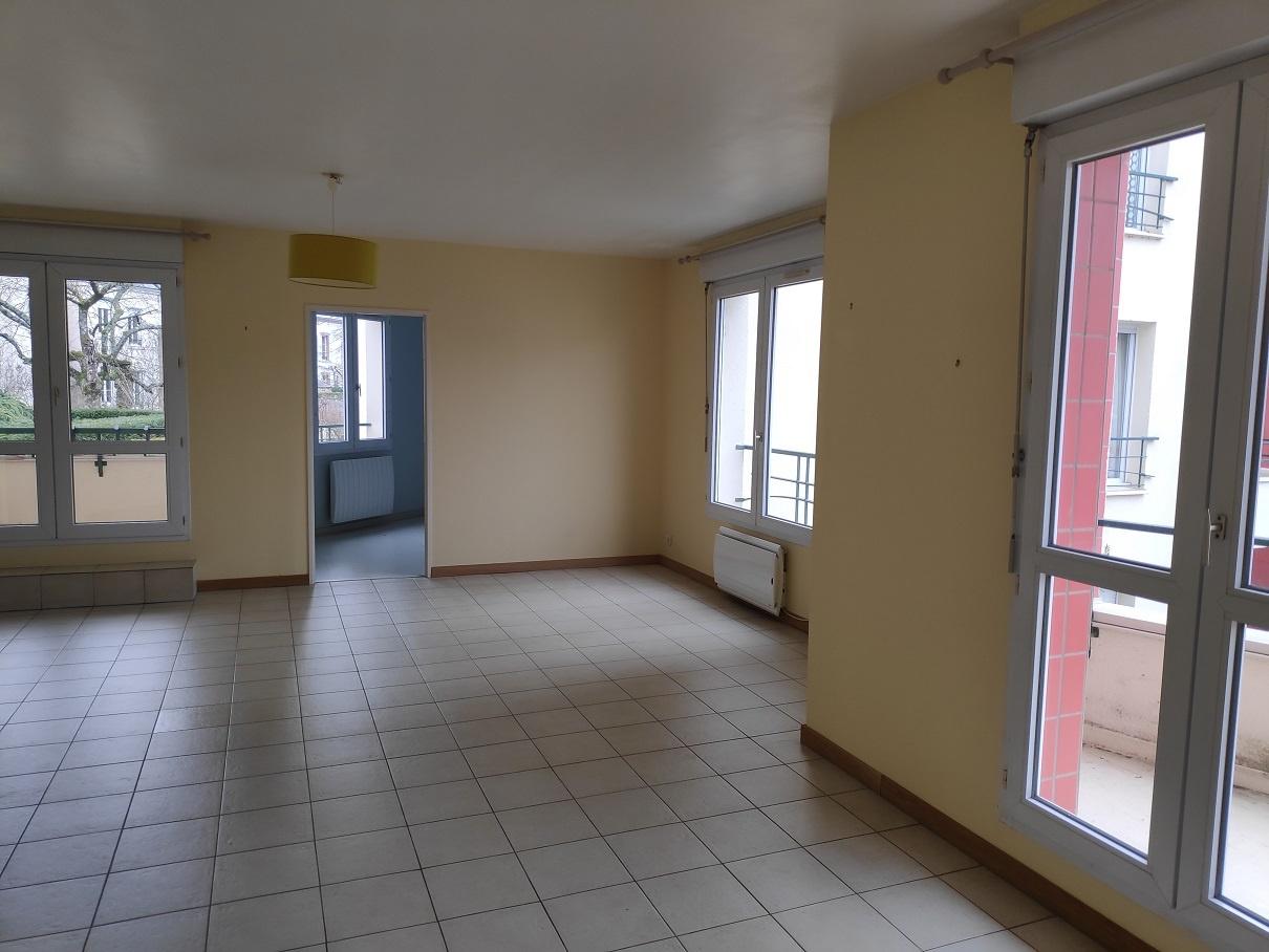 Salon-Salle à manger 30 m² avec 2 balcons. Vue jardin